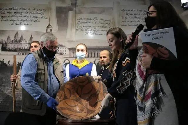 """乌克兰国家博物馆展出世界上""""最古老的笑脸"""""""